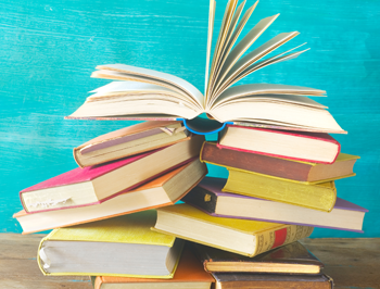 image principale listing de formation - livres sur table bois fond bleu
